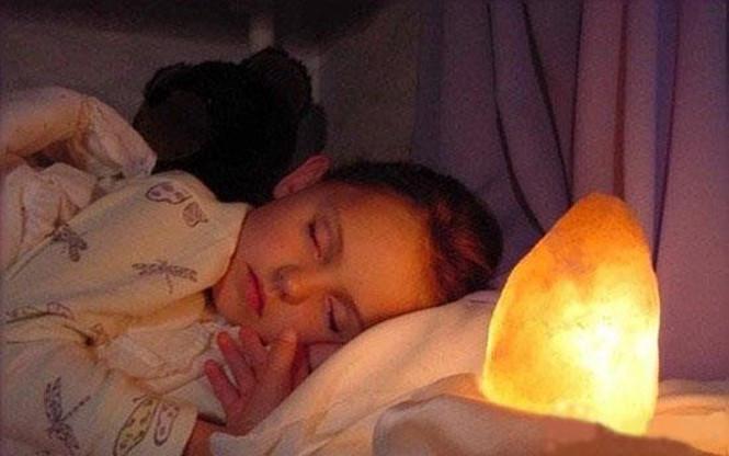 Phòng bệnh hô hấp vào mùa đông bằng đèn đá muối khi đi ngủ