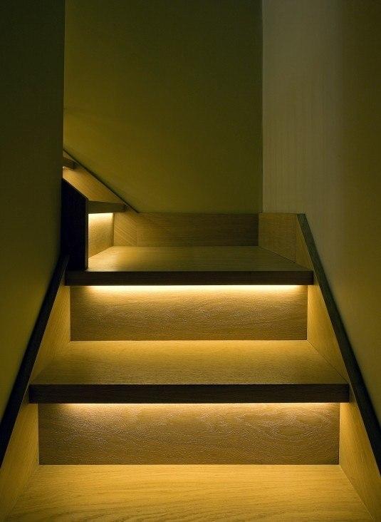Nhà thêm lung linh với cầu thang được trang trí bằng đèn LED