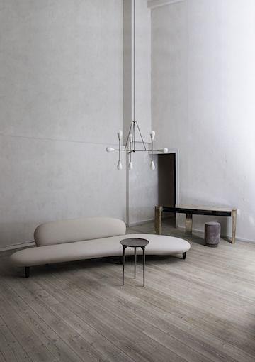 Một phòng khách tối giản sẽ không thể thiếu một sofa cũng tối giản.