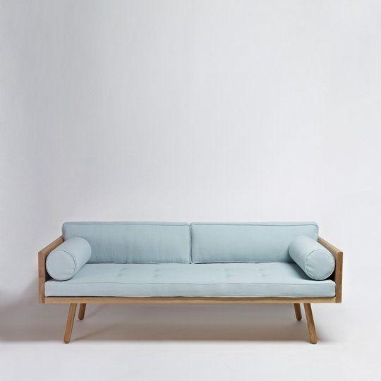 Một chiếc Sofa có hơi hướng thập niên 70, nhưng được thiết kế tối giản về đường nét sẽ phù hợp với một phòng khách Minimalism. Vải thô được sử dụng ở chiếc sofa này với gam màu xanh dịu, khiến mắt bạn thư giản hơn và bề mặt sofa mềm mại hơn.