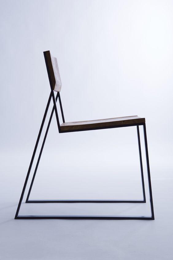 Tương tự như sofa. Ghế tựa được dùng trong một phòng khách Minimalism cũng có thiết kế tối giản đặc biệt. Như ở chiếc ghế này, độ dày chân ghế với mặt ghế cùng lưng tựa được chia theo những tỷ lệ vừa mắt. Nhìn chiếc ghế như một khối liền mạch tạo bởi các tuyến có độ dày mảnh đan xen.