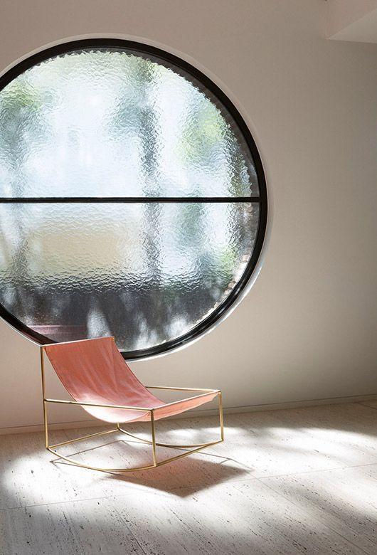 Đơn giản hơn là một chiếc ghế nằm. Đồng gò thủ công và vải thô, hai chất liệu kết hợp một cách hài hòa và đầy chất tối giản. Bạn sẽ có cảm giác chiếc ghế như đang lơ lửng trên mặt sàn, bởi những nét mảnh mai của chân ghế cùng sự bồng bềnh của vải tựa đem lại.