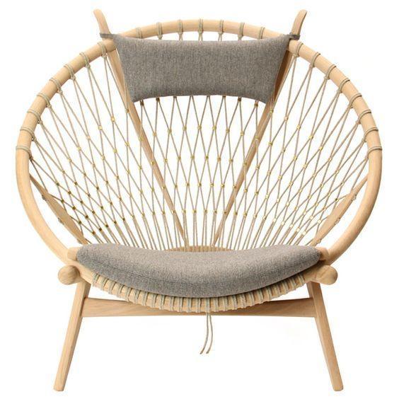 The Circle Chair – KTS Hans Wenger. Chiếc ghế tựa bất hủ. chất liệu gỗ, vải bố, dây mây được mix để tạo ra một chiếc ghế vừa tối giản, nhưng gần gũi hơn với nhiều tầng lớp người dân.