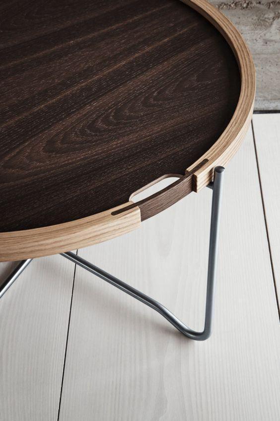 Bàn khách trong một căn phòng Minimalism đôi khi chỉ cần một mặt gỗ thông nhỏ, chân thép nhưng mối nối giữa hai loại vật liệu đối nghịch nhau lại phải xử lý thật tinh tế. Và dĩ nhiên, các chi tiết thừa luôn luôn được loại bỏ.