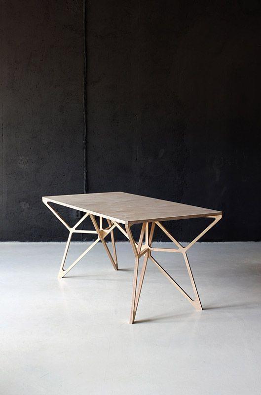 Hoặc phá cách với chiếc bàn măt gỗ, chân đồng thế này. Thoạt nhìn, những vùng tiếp điểm của chân bàn với mặt bàn như trở lên vô hình, đó là nhờ sự tinh tế trong việc xử lý những nút giao giữa những loại vật liệu khác nhau.