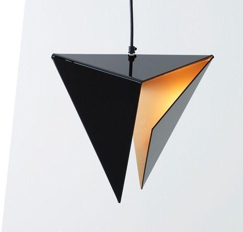 Đèn Stealth Light của Đức. Với phần chao đèn bằng kim loại đen bóng, nhìn nó giống một tác phẩm gấp giấy chứ không giống một chiếc đèn. Phần ánh sáng được làm dịu, cùng độ mảnh của tấm kim loại gấp khiến chiếc đèn như tàng hình nếu đặt nó bao quanh những diện bê tông.