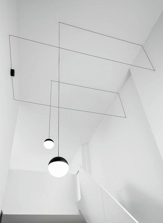 Dây điện cũng được design một cách có ý. Hai chiếc đèn xuất hiện không hề gượng gạo giữa nền trắng, đó là kết quả của một sự vận động tuyến liên tục.