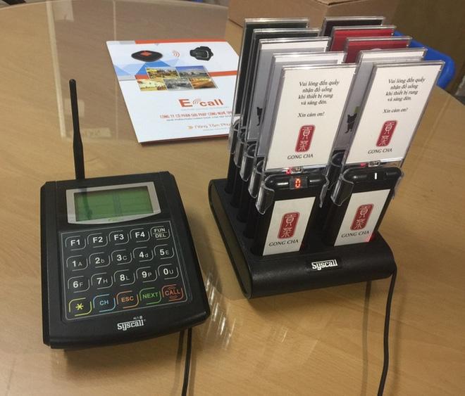 Một bộ sản phẩm bao gồm 3 thành phần: thẻ báo rung, bộ phát trung tâm và đế sạc đi kèm