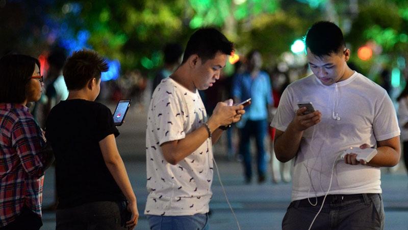 Hôm đầu ra mắt, rất nhiều người đã xách điện thoại ra phố và tranh nhau bắt những chú Pokémon.
