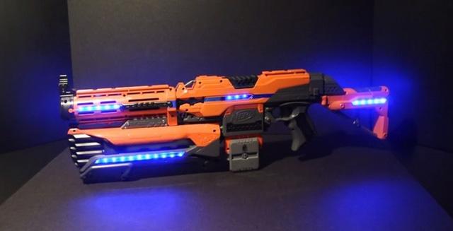 Có lẽ khẩu súng này lấy cảm hứng từ NERF Blaster
