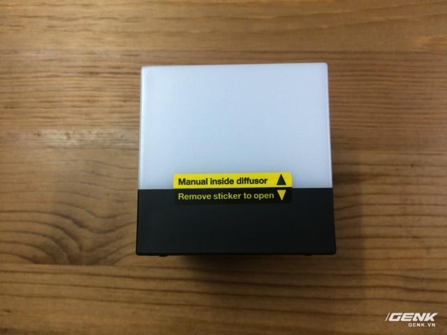Đèn có seal bảo vệ, phải bóc miếng sticker này ra để mở phần module đèn.