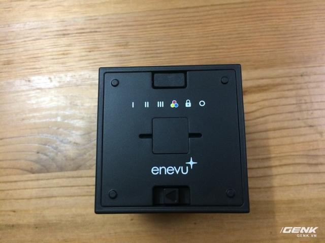 Mặt dưới module LED và nút điều khiển bóc cao su, chỗ gắn móc treo và lẫy tháo nắp pin.