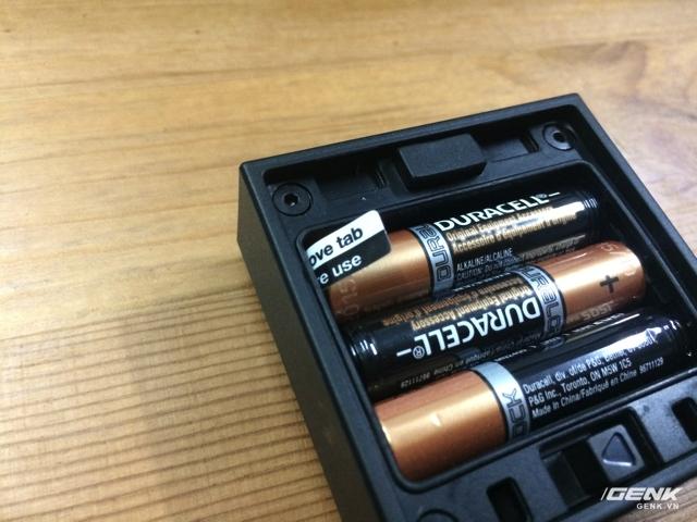 Enevu CUBE có bán kèm 3 viên pin Duracell AAA chất lượng cao, người dùng phải tháo seal để bắt đầu sử dụng.