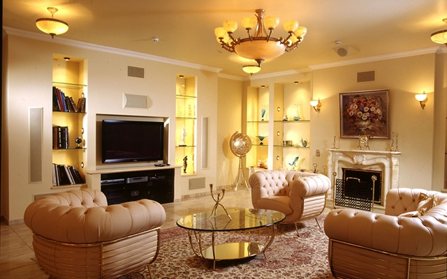 Hay những bóng vàng hợp với tông màu vàng của căn phòng