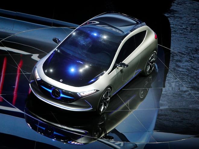 Chiếc xe mẫu EQA, kẻ được cho là con át chủ bài của Mercedes để đánh lại xe điện của Tesla.
