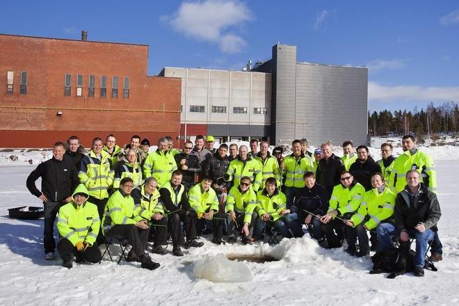 Một nhóm nhân viên của Google tham gia câu cá trên sông băng trên vùng đất của trung tâm dữ liệu gần Hamina, Phần Lan