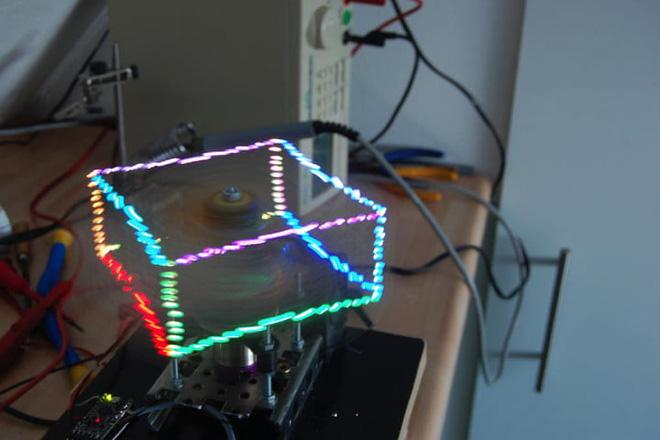 Máy chiếu 3D sử 144 bóng đèn LED, cho phép bạn chơi game Rắn săn mồi sống động như thật