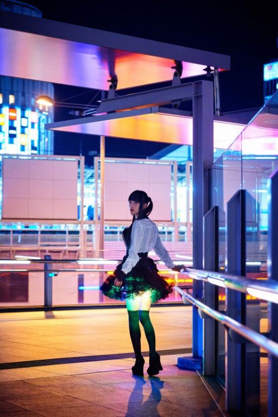 Váy được trang trí đèn LED giúp nhấn phần gợi cảm